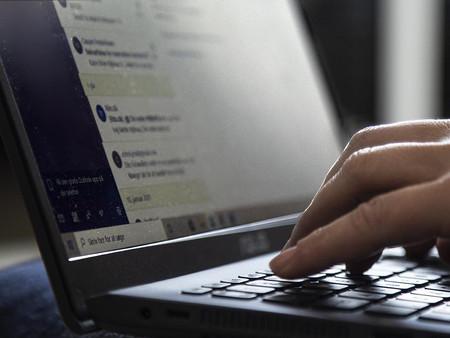 Billede af hænder ved en computer