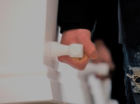 Billede af hånd der bærer kiste